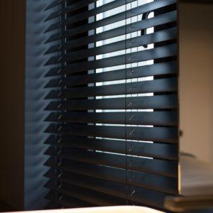 Zwarte jaloezieën van hout kopen | Suntex Zonwering